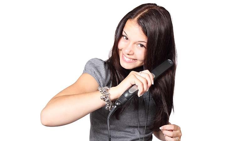 Comment lisser les cheveux rapidement et facilement